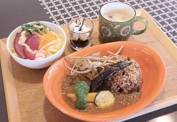 ▲野菜の素揚げが載った「バングラディッシュカレー」のランチセット(ミニサラダ・デザート、スープ、飲み物付きで1300円)