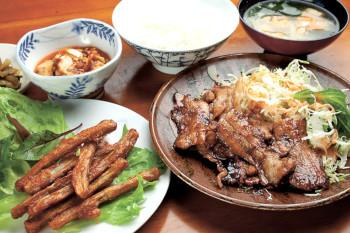 ▲本日の日替わり定食(写真は豚生姜焼)650円。左下は単品の「ごぼうから揚げ」