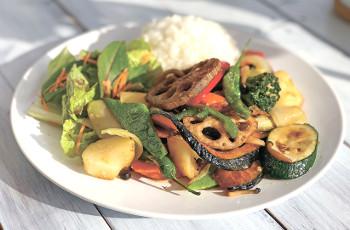 ▲野菜がたっぷり入った「12種類1日分野菜(350㌘)の香ばし炒めごはん」(853円)。ほかに「黒ごまビーフベジカレーライス」(745円)も人気