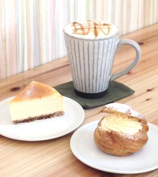 ▲シュークリーム(手前右)とベイクドチーズケーキ(同左)、黒糖ラテ(奥・400円)