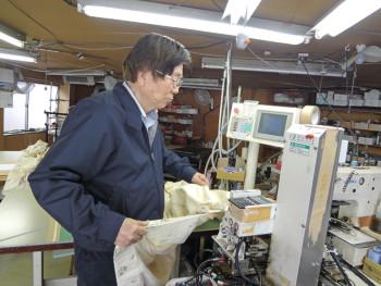▲機能の異なる7台のミシンを使い縫製していく