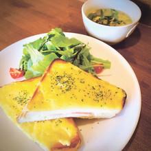 ▲サラダとスープが付くクロックムッシュセット(税込み1000円)