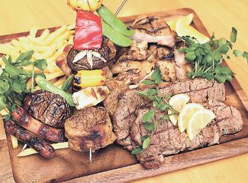 ▲サーロインステーキ、信州福味鶏のステーキ、野菜とミートローフの串焼きが盛られた「クイーン」