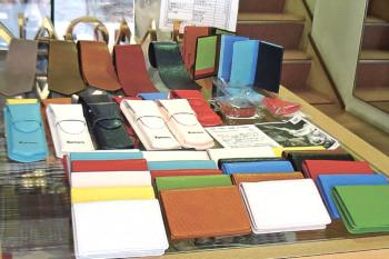 ▲色はネクタイは5種類、ペンケースと名刺入れは14種類。なめし方で革表面の風合いが異なる。ステッチ糸の選択やイニシャルの刻印を入れることもできる(追加料金必要)