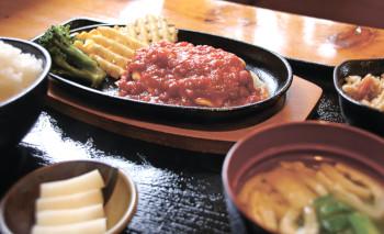 ▲自家製トマトソースが自慢の「イタリアンハンバーグ定食」(864円)