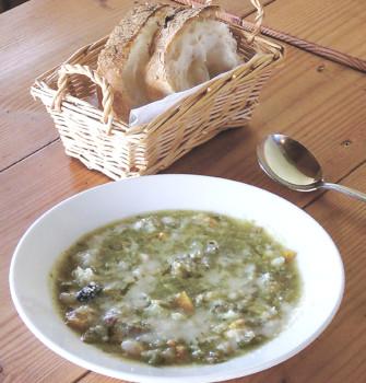 ▲パンが付く「本日のスープ」。この日はバジルを使う南フランスの夏の定番スープ「ピストゥ」