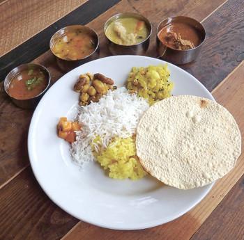 ▲取材時のカレープレート(2種)。好きなカレー2種に南インドの定番・豆と野菜のカレー、スープ、野菜のおかず、ライス、豆のおせんべい、飲み物が付く