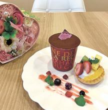▲「ほのBuono」でも人気のドルチェ「ティラミス」(左)380円と「ミックスフルーツタルト」(右)380円