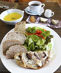 タルティーヌセット。サラダ、スープ、飲み物付き