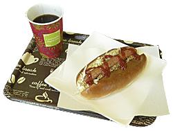 市内の「えいいち by パン工房 キキョーヤ」のパンに、佐久穂町の「きたやつハム」のソーセージをサンドした「キャベツたっぷりホットドッグ」(単品500円)とブレンドコーヒーのセット(750円)