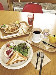 ホットサンドプレート(飲み物付きで千円・手前)と、おこさまホットサンドプレート(同880円)