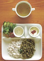 ランチのドライカレー(サラダ、スープ、ヨーグルト付き)