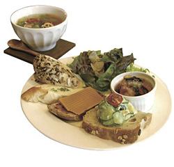 ランチプレート(手前)と「きまぐれスープ」(奥・300円。パンにセットすると250円)