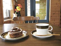 シナモンロール(左・220円)とコーヒー(右・450円。パンにセットすると400円)