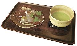 和菓子セット(和菓子は、巨峰を水ようかんで包んだ「ぶどうのしずく」)