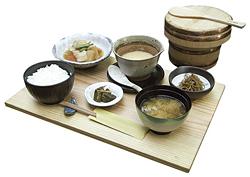 「御厨風とろろ汁御膳」。ご飯は木曽サワラのおひつによそわれ、運ばれてくる