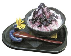 かき氷「ブルーベリー」。果肉も入った自家製ソースがたっぷり。ほかに「カシス」がある。提供は9月下旬まで