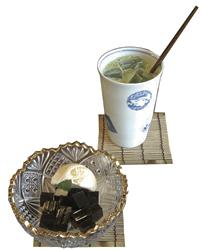 ほろ苦いゼリーと自家製ミルクアイスがよく合う「楽の大人のコーヒーゼリー」(手前)と、本格的な味わいの「宇治抹茶アイスオレ」(580円)