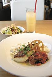 メインランチの「真鯛(まだい)のポワレ ソース・ヴァンブラン」リゾートスタイル(1296円)。真鯛は皮はパリッ、身はふんわりの仕上がり