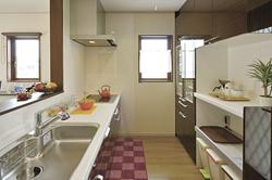 明るい光が差し込む使いやすいキッチン