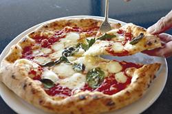 人気のマルゲリータ(918円)。ランチタイムはピザを頼めば無料でサラダとドリンクも付く