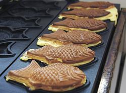 ケーキのような生地の「ワッフル鯛焼き」(180円)