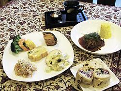 Deliランチ(1620円。デリの5種盛り合わせ、メーン、おまけの一皿、コーヒー)