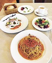 2700円のランチ。パスタは渡りカニのトマトクリームソース スパゲティーニ。ほかに前菜の盛り合わせ(3品)、有機野菜のサラダ、ドルチェ、飲み物、自家製パン