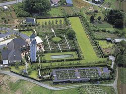 ダブルタワーがシンボルの英国式庭園