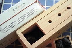 インパクト大の「檜溶岩浴箱」(3780円)。ヒノキの専用箱の中には、ミネラルが豊富な浅間山の溶岩石。このまま浴槽に沈めれば、ヒノキの香りと溶岩浴が楽しめる
