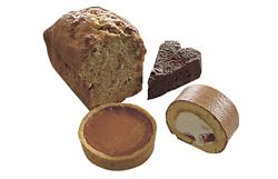定番のバナナブレッド(奥左)と日替わりのケーキ。この日は「タルト オ キャラメル」(手前左、270円)「苺のロールケーキ」(同右、216円)「ガトー オ ショコラ」(奥右、324円)