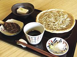 せいろそばに焼きみそ、ミニそば豆腐が付く「せいろそばセット」(1400円)。そばの単品は900円