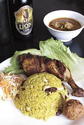ブリアーニランチ(土・日曜日限定)は、チキンにピラフ、コロッケ、サラダ、カレーが付く。スリランカのビール(500円)と一緒に