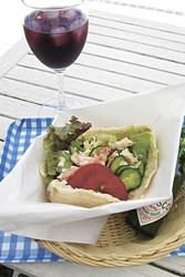 ピタサンド「エビとフレッシュ野菜」とサングリア