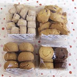 左上から時計回りに、コロコロジンジャークッキー、五穀フレークとクランベリーのクッキー、きなこと白ゴマのクッキー(以上各250円)、スマイルクッキー200円