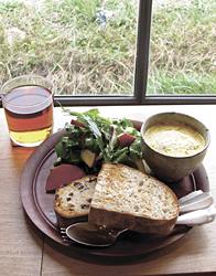 この日のランチ。自家製アンチョビとクレソンのサラダ、カボチャのポタージュ、パンの盛り合わせ、農薬を使わずに育てた紅茶