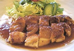 ランチ限定の「チキンジンジャー」(ご飯、みそ汁、飲み物付きで880円)