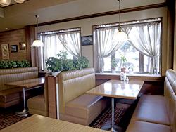 ソファベンチでゆったりと食事を楽しめるテーブル席