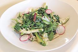 手打ちのパスタ「ブズィアーテ」を使った一皿。地場産の山菜と野菜がたっぷり