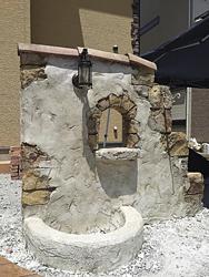 石積みを模したモルタル造形アーチ