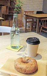 ベーグル「アップルシナモン ウオールナッツ」(302円)とブレンドコーヒー
