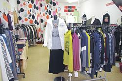 個性的な服が並ぶ店内