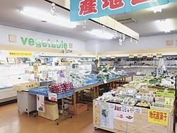 旬の野菜や手作りの加工品でいっぱいの店内