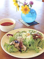 「本日のシェフ'Sランチ」(900円)。この日は「ケメケメ」の北欧風オープンサンドと、ビーツ入りごろごろ野菜のスープ