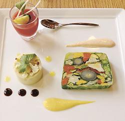 14種の野菜を使ったテリーヌ(手前右)とカリフラワーのムース(同左)、トマトジュレ(奥)