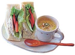 「木もれびサンド」と具だくさんなスープのセット(756円)