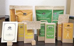 施術の前後にサービスしているお茶「グリーンルイボスティー」と「ハニーブッシュティー」の葉茶の販売を、お客のリクエストで始めた。各900円~