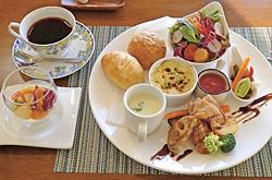 ランチプレート(コーヒーとデザート付きで1400円)。この日の料理は国産若鶏のソテートマトソース、カリフラワーのポタージュ、ジャガイモのグラタンなど。デザートはバニラ風味のブラマンジェ