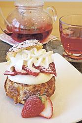 「いちごとクリームのシューケーキ」と、オリジナルハーブティー(いちごのシロップ添え。単品で702円)※飲み物は、スイーツや食事と一緒に頼むと100円引き