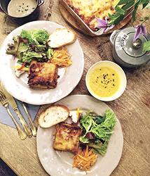 ランチメニューの自家製ボロネーゼソースを使った、焼きたてラザニアのセット(1900円)。スープと3種のサラダ、町内の老舗ベーカリー「浅野屋」のバゲット付き